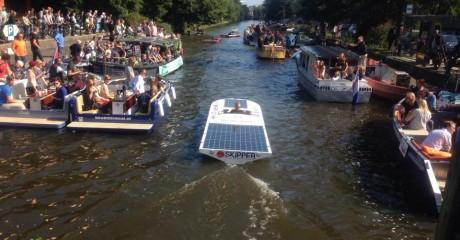 Skipper met nieuwe zonnepanelen actief Solarboat Parade in Amsterdam