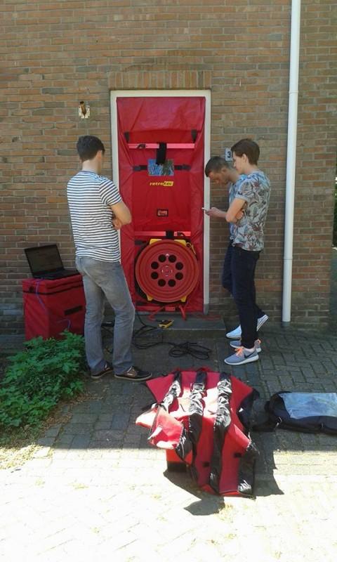 Studenten bouwkunde Drachten meten luchtdichtheid van woningen