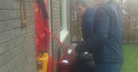 Bouwstudenten Leeuwarden meten luchtdichtheid van woningen