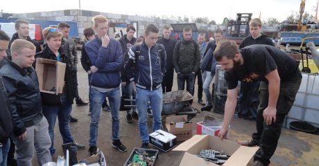 Tear down lap over elektronisch afval voor studenten Middenkader Engineering