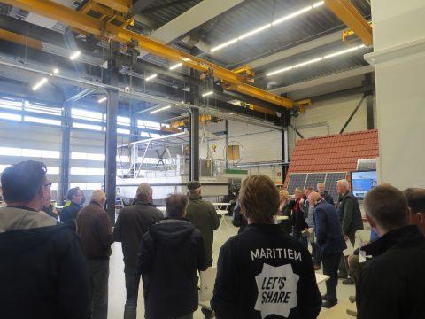 Vrijwillige schippers maken kennis aandrijfsysteem zonnepont Harlingen