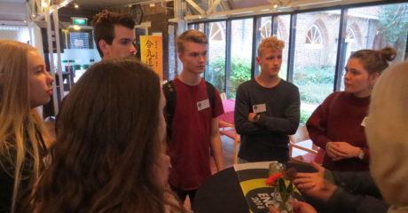 Eindpresentatie voor jury Light Challenge door studenten Mediavormgeving