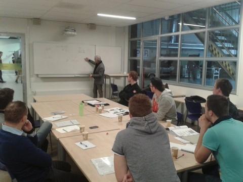 Studenten ECO kubus in gesprek van Van Dam Groep