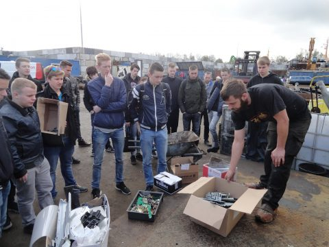 Tear down lap over elektronisch afval voor studenten Middenkader Engineering