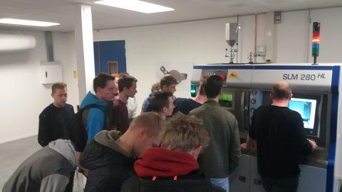 Excursie studenten werktuigbouw naar 3D metaal printer Innovatiecluster Drachten