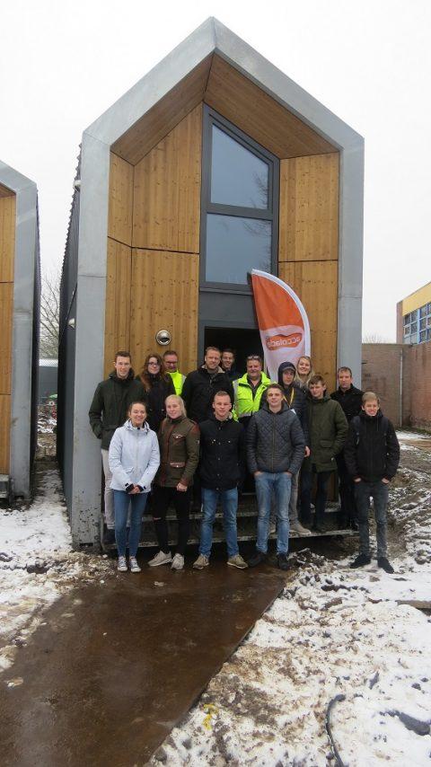Bouwstudenten ROC Friese Poort bezoeken tiny house in Sneek