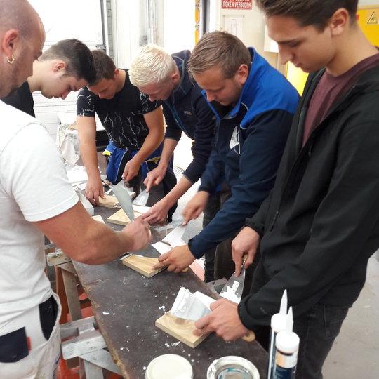 Studenten ROC Friese Poort op excursie naar Schilderwerk Drachten en Europrovyl