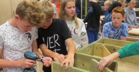 Vmbo'ers maken duurzame insectenhotels bij ROC Friese Poort