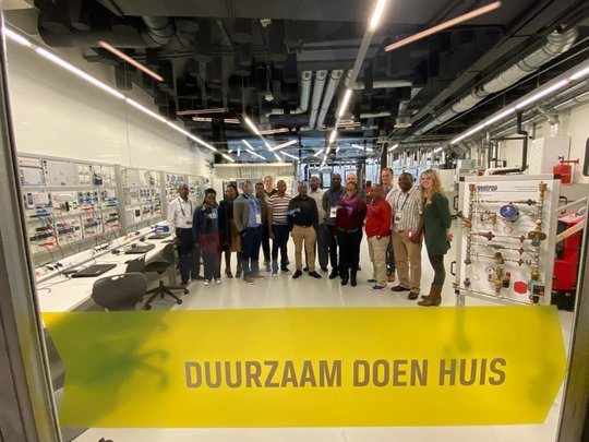 Tanziniaans bezoek doet namens Hanzehogeschool inspiratie op bij ROC Friese Poort