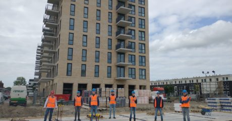 Bouwstudenten ROC Friese Poort bezoeken project Vondel Parck in Leeuwarden