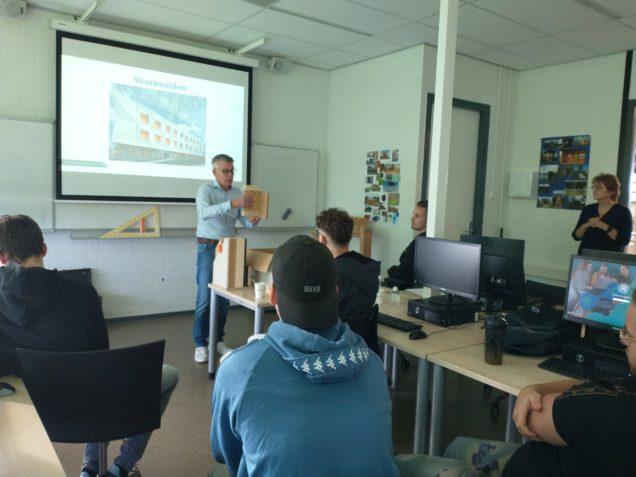 Bouw-studenten ROC Friese Poort volgen les over biobased bouwen