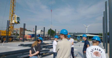 Studenten Bouwkunde leren over bouwproces utiliteitsgebouw in Bolsward