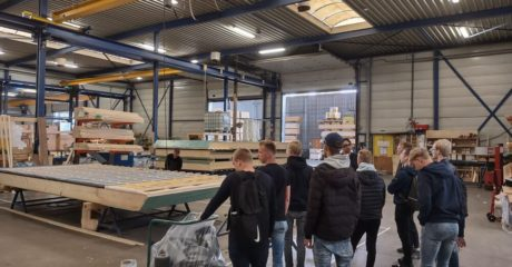 Studenten doen inspiratie op over houtskeletbouw tijdens excursie De Mar